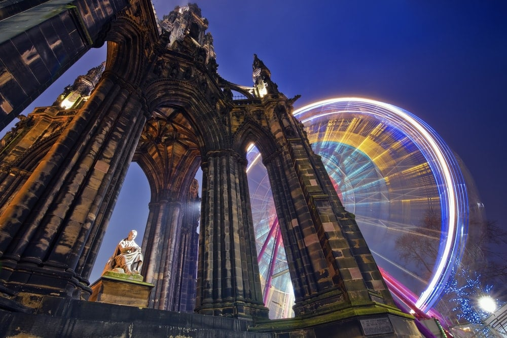 Advent in Edinburgh: Scott Monument mit Riesenrad im Hintergrund