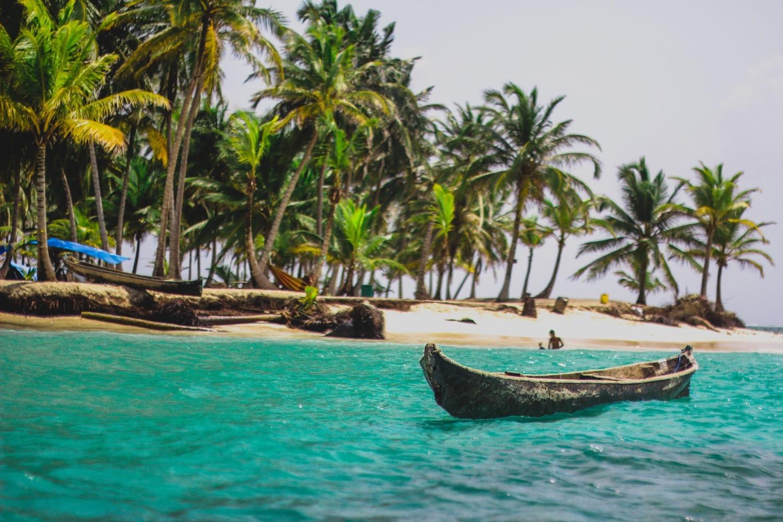 Kleines Holzboot liegt am Strand der San Blas Inseln in Panama
