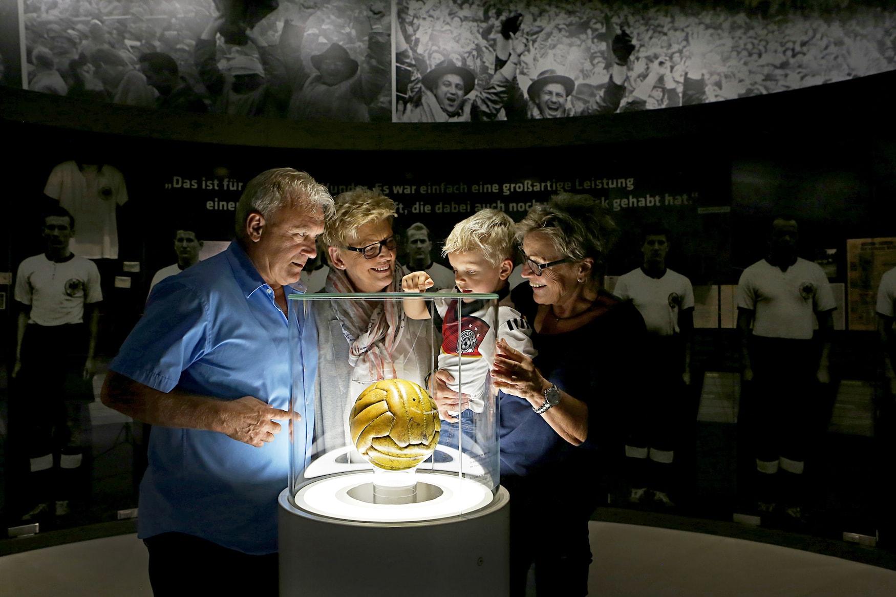 Familie informiert sich über die Fußballgeschichte Deutschlands