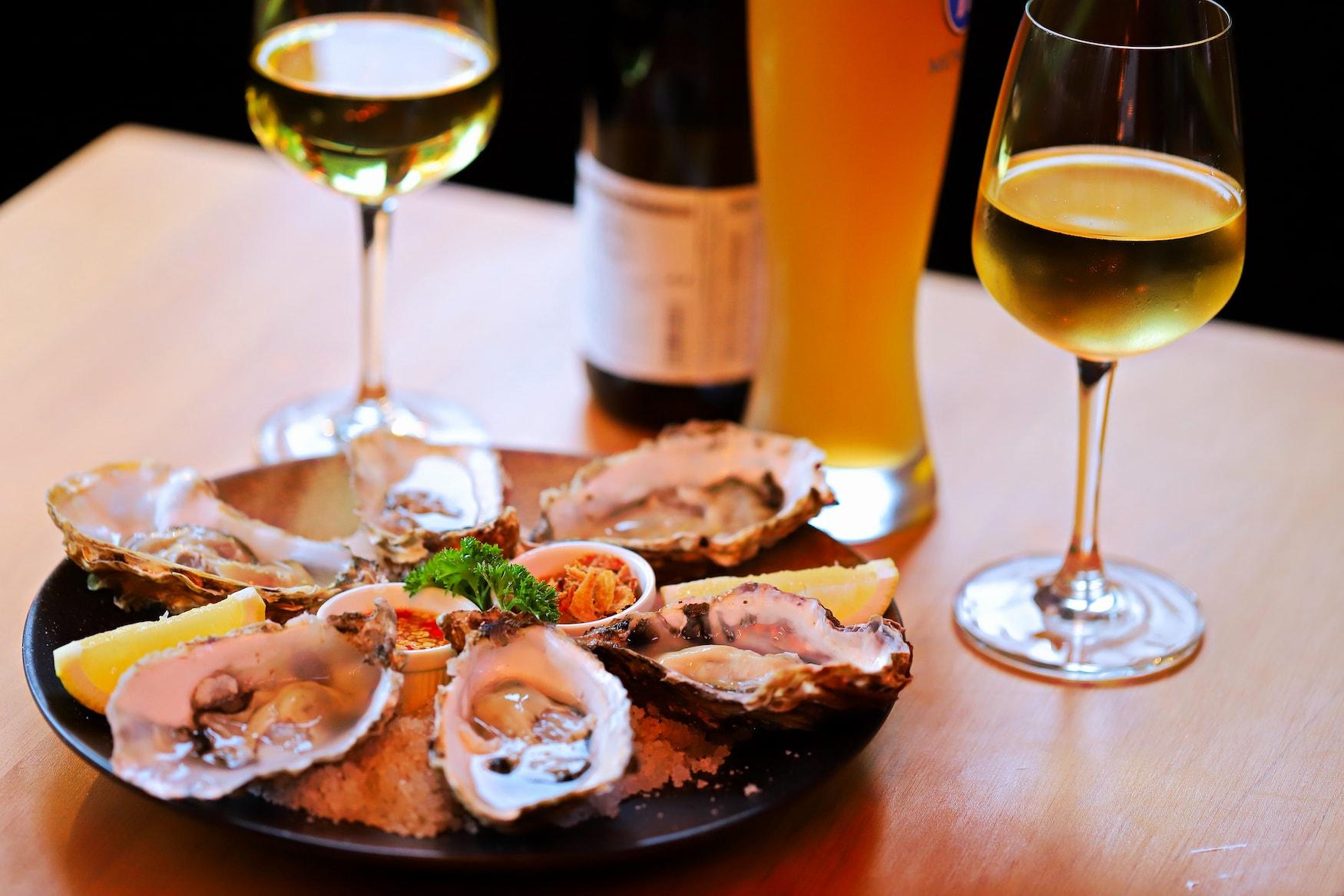 Dinner angerichtet mit Wein und Austern