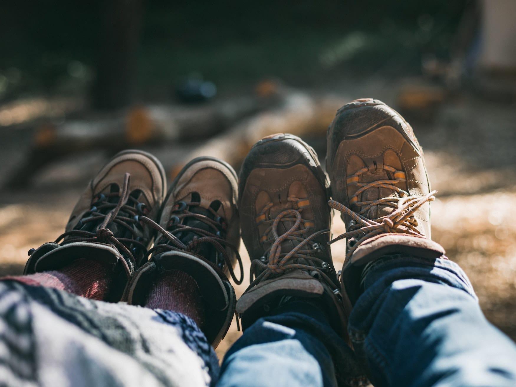 Zwei Wanderer auf dem Märkischen Landweg fotografieren ihre Wanderschuhe