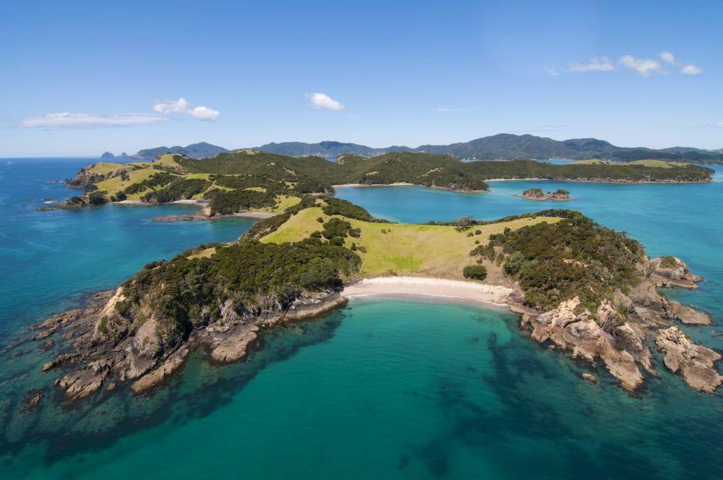 Die Bay of Islands auf Neuseelands Nordinsel ist nach den vielen kleinen Inseln in der Bucht benannt.