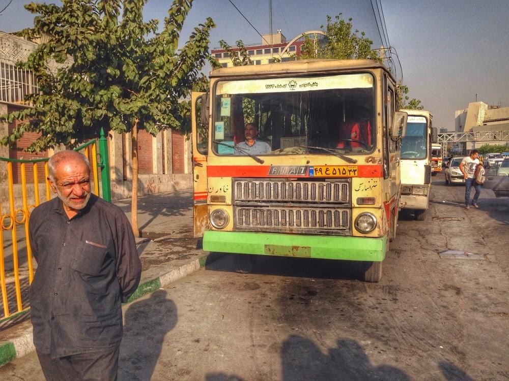 Mann vor einem Bus im Iran
