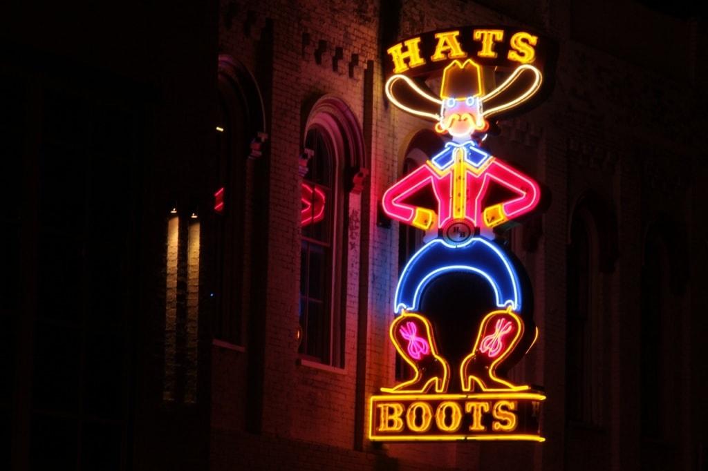 Leuchtreklame an einer Bar in Nashville
