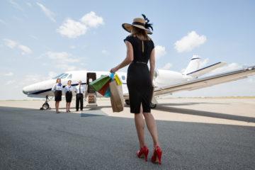 Shopping-Lady auf dem Rollfeld