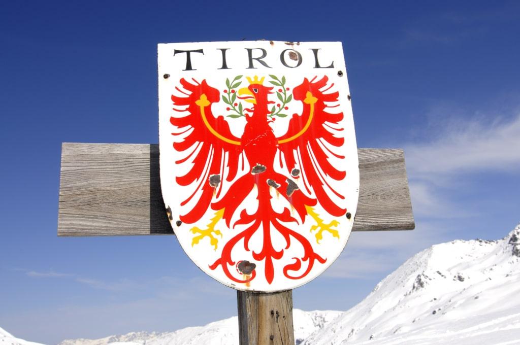 Tirol-Schild an der Landesgrenze bei Markkirchl in den Kitzbüheler Alpen