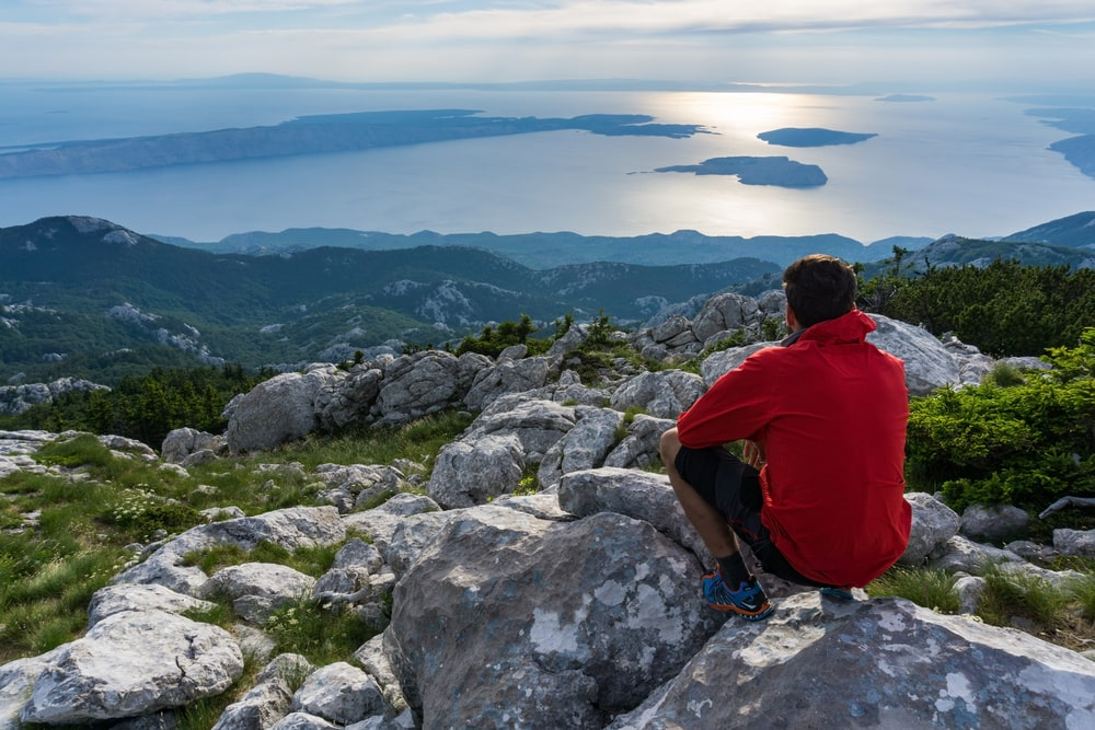 Tourist im Velebit Nationalpark in Kroatien