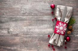 Weihnachtsbesteck mit Schleife auf Tisch