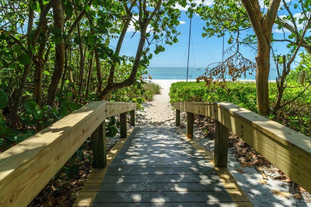 Eingangsweg zum Ocean Beach in Naples in Florida