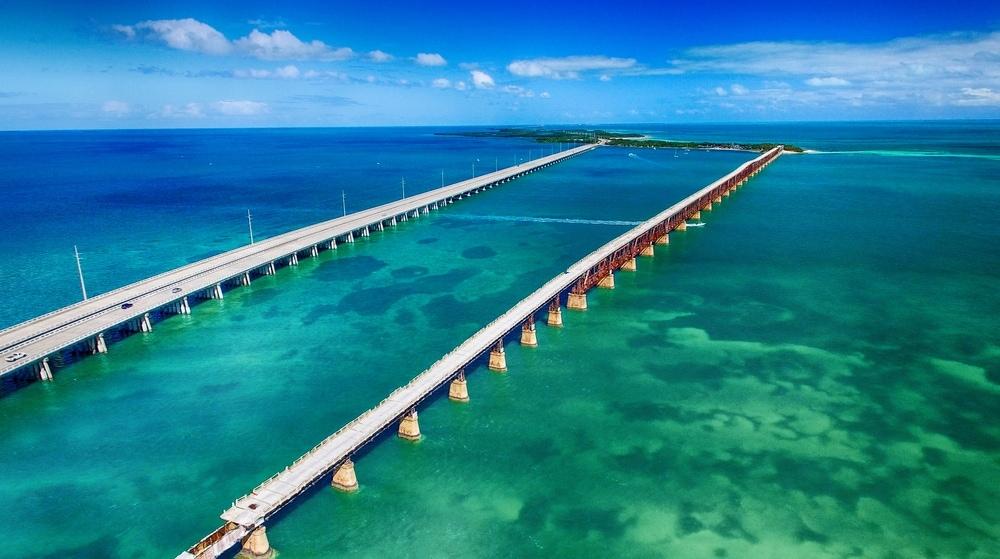 Vogelperspektivenblick auf die Seven Mile Bridge in Florida