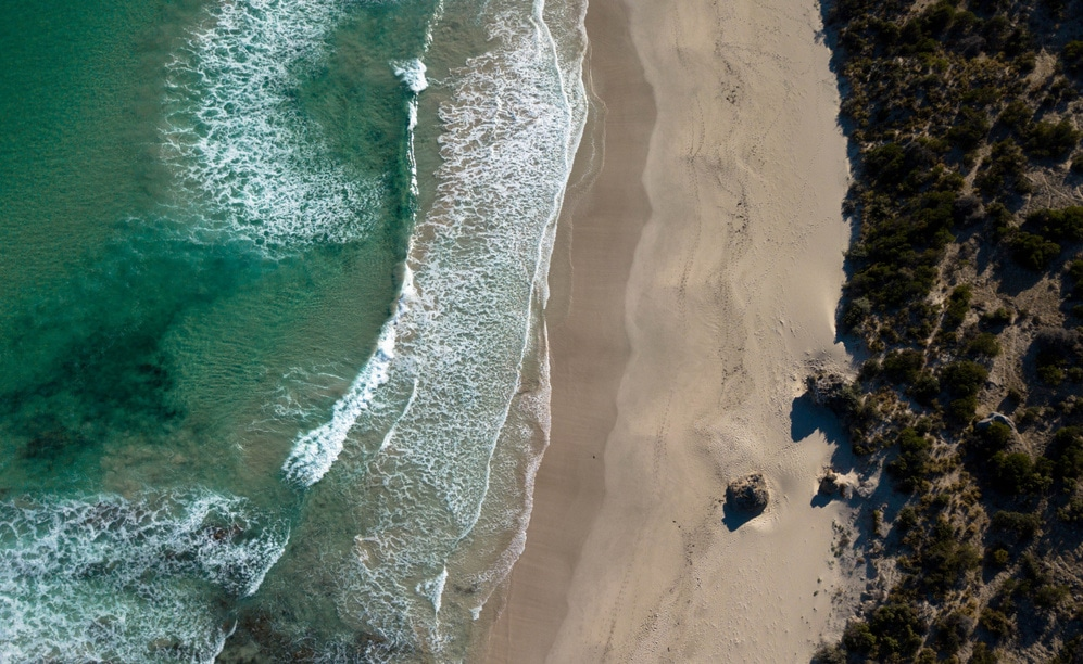 Feiner Sandstrand und türkises Wasser mit Drohne fotografiert