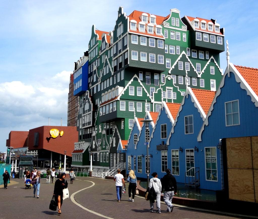 Das Inntel Hotel in Zaandam ist Innen wie Außen eine bizarrre Erscheinung.