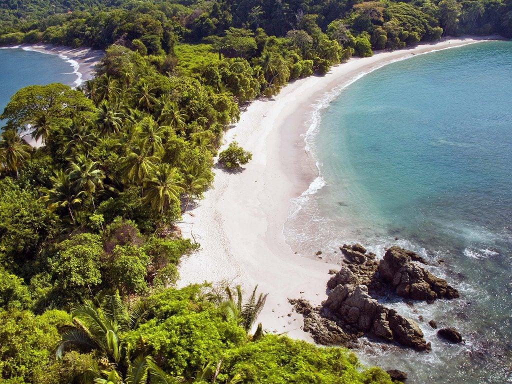 Blick von oben auf einen Strand im Manuel-Antonio-Nationalpark