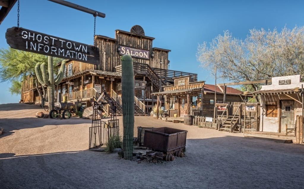 Alter Saloon, Galerie und Gefängnis in der Geisterstadt Goldfield in Arizona