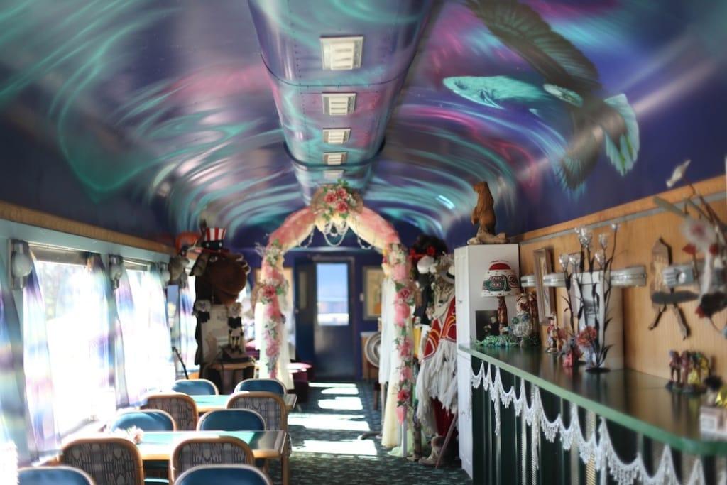 Im Aurora Express in Alaska kann man in einem alten und liebevoll herrgerichteten Zug nächtigen.