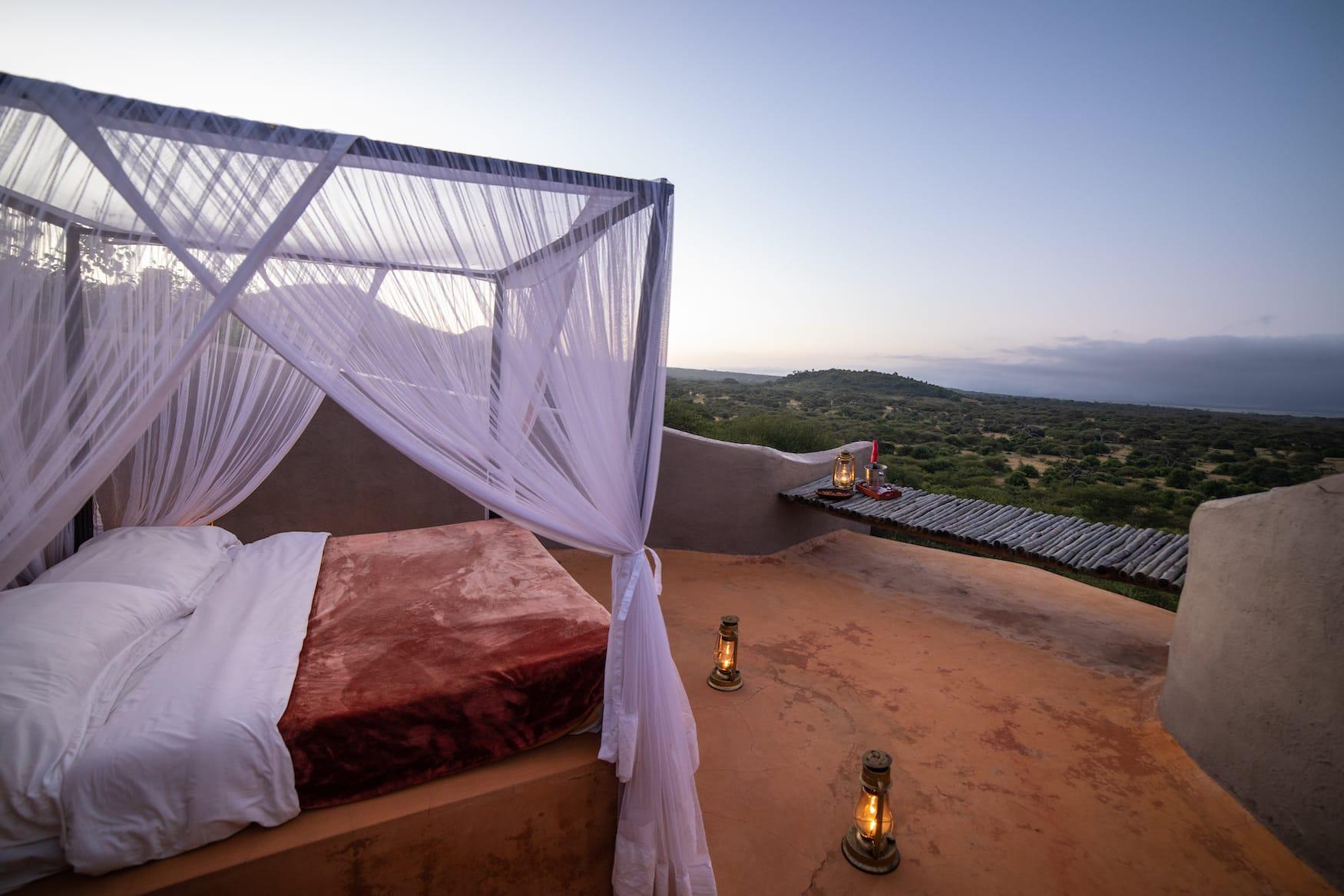 Bett unter freiem Himmel der Ol Donyo Lodge in Kenia, super romantisch für die Flitterwochen