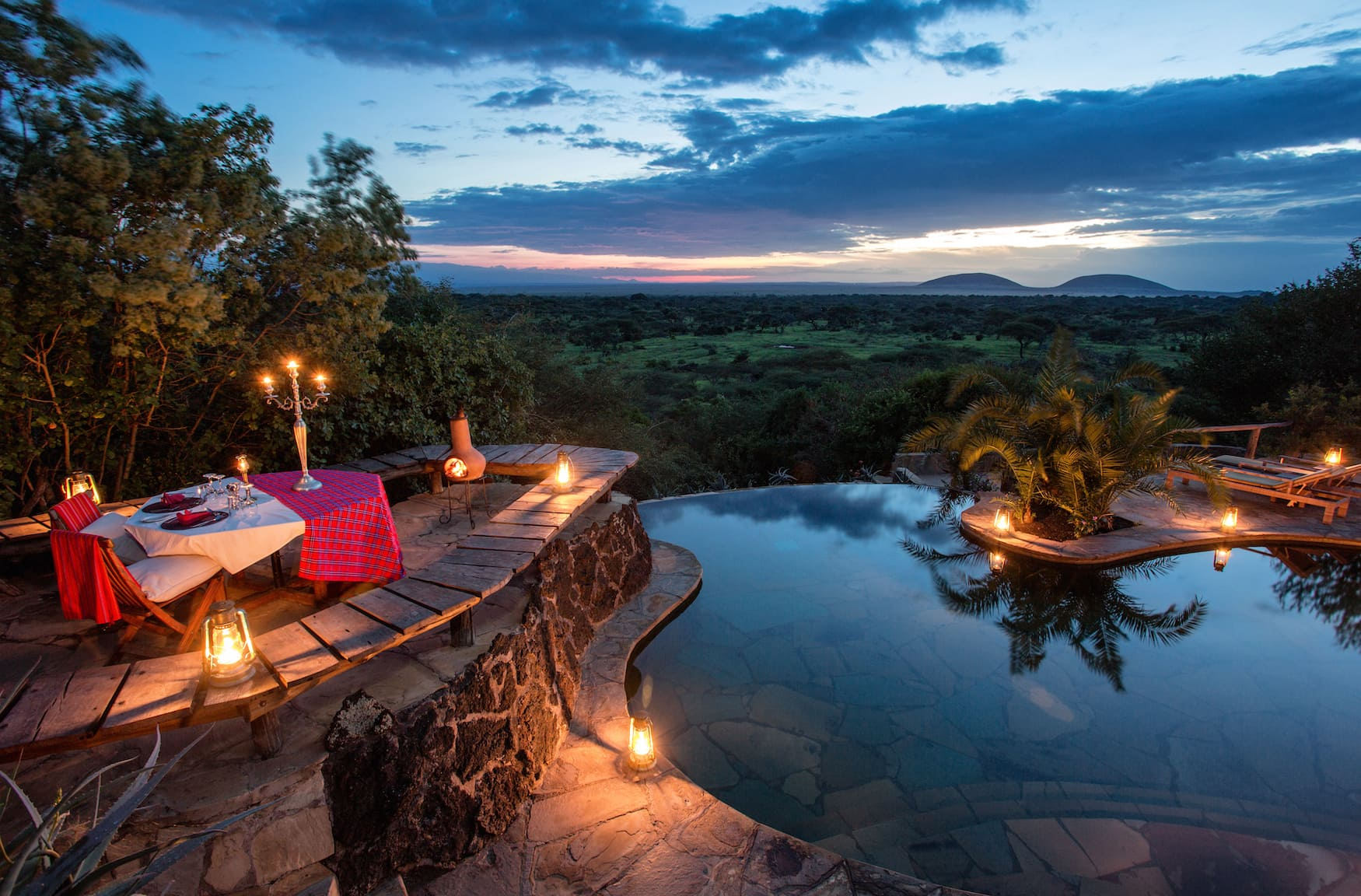 Romantische Dinner Location am Pool der Ol Donyo Lodge in Kenia
