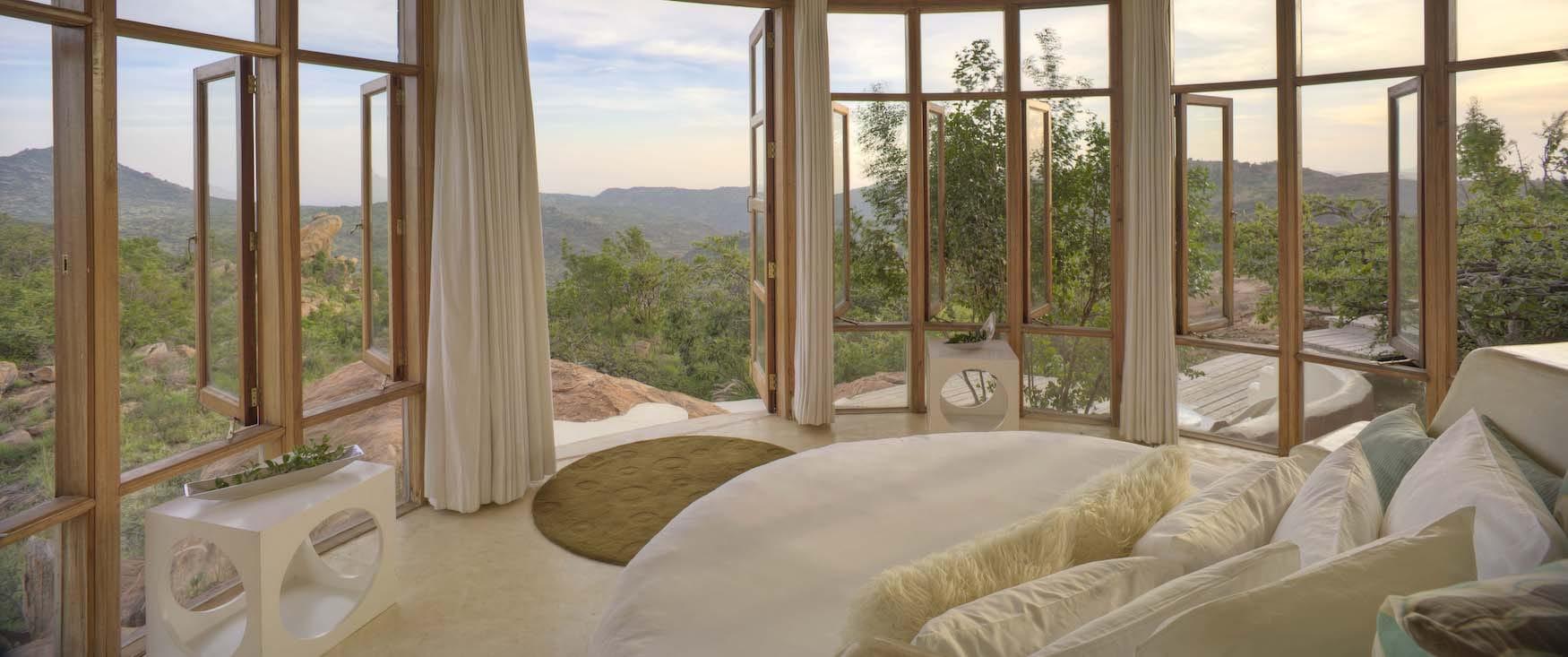 Blick aus dem Schlafzimmer des The Sanctuary at Ol Lentille in Kenia