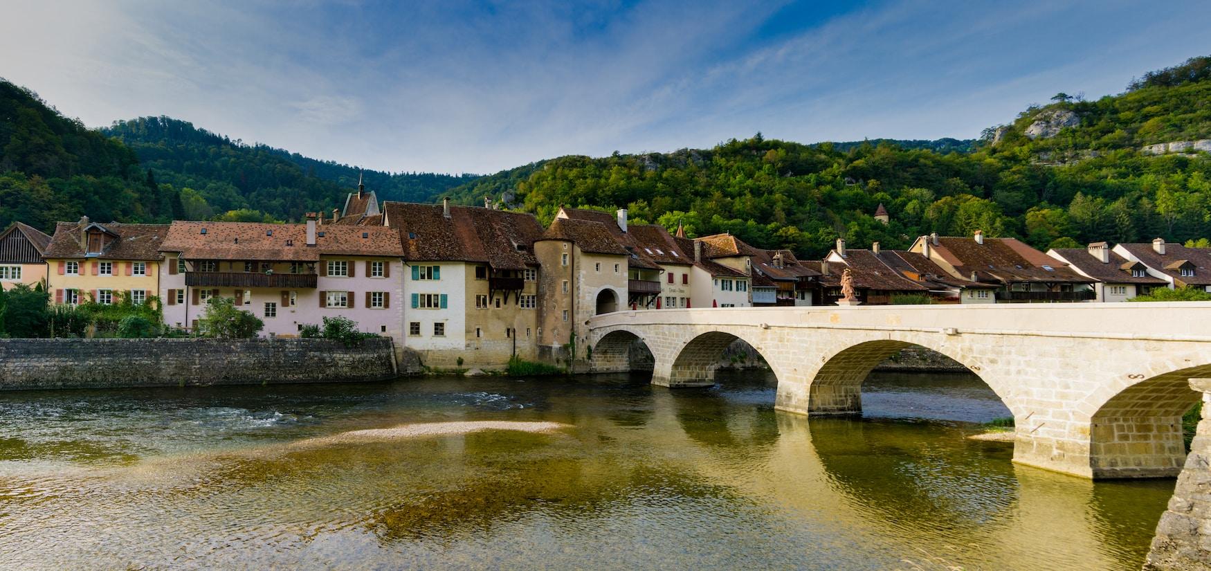 Panorama des historischen und malerischen Schweizer Dorfes Saint-Ursanne am Doubs