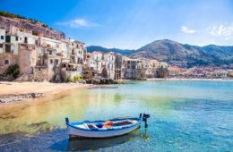 Boot am Hafen von Cefalu auf Sizilien