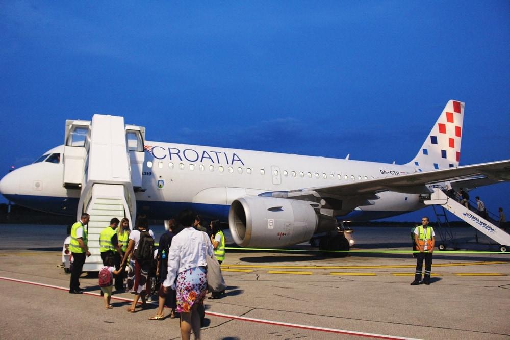 Airbus von Croatia Airlines am Flughafen Pula in Istrien