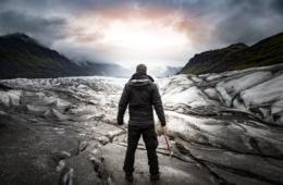 Mann in Eislandschaft in Island