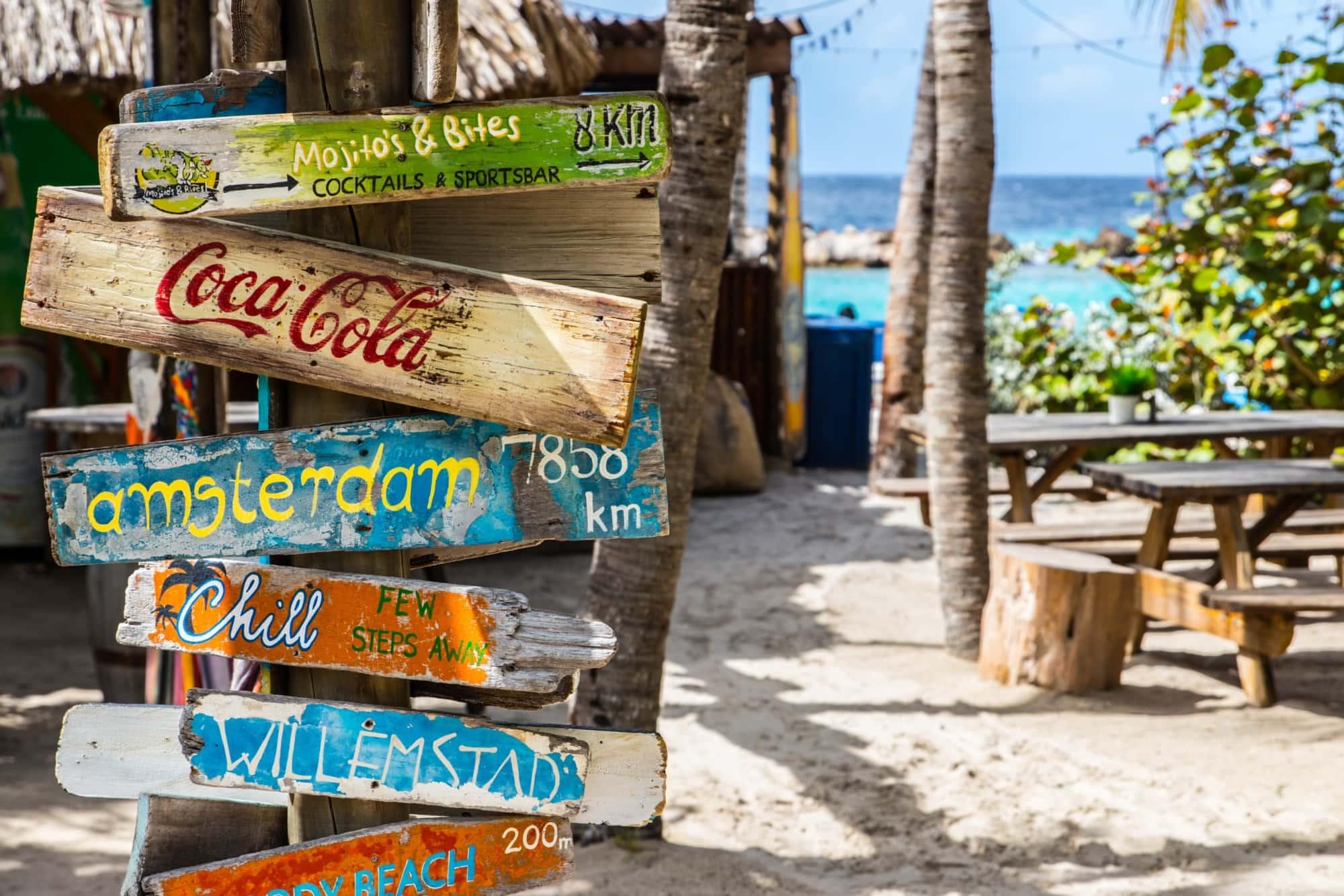 Holzschilder an einer Strandbar auf Curacao