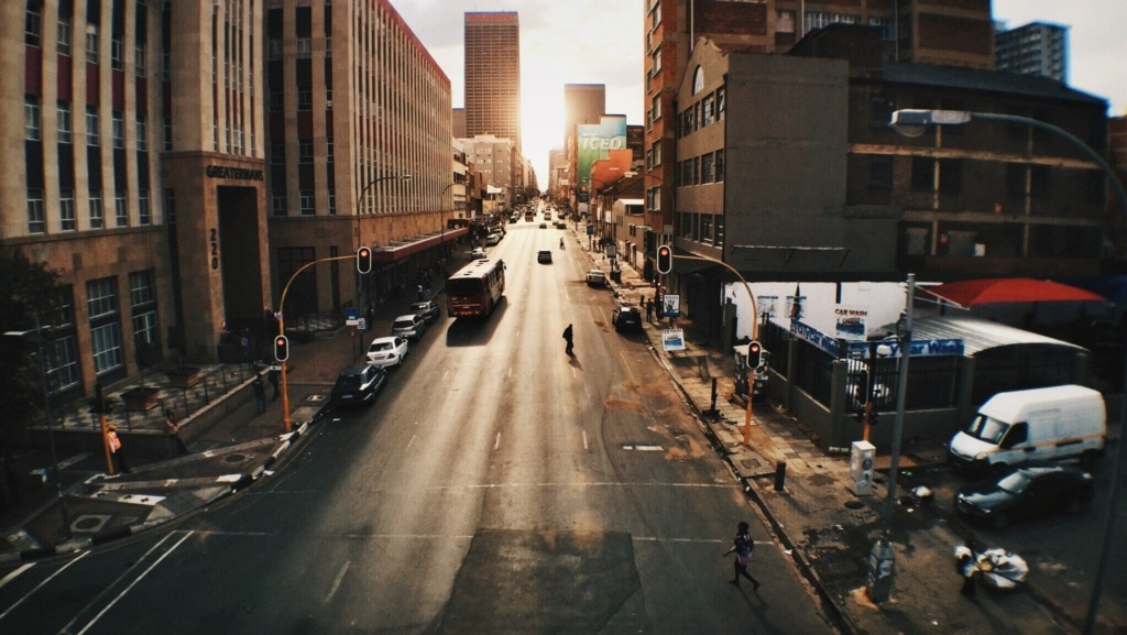 Straße in Johannesburg bei Dämmerung