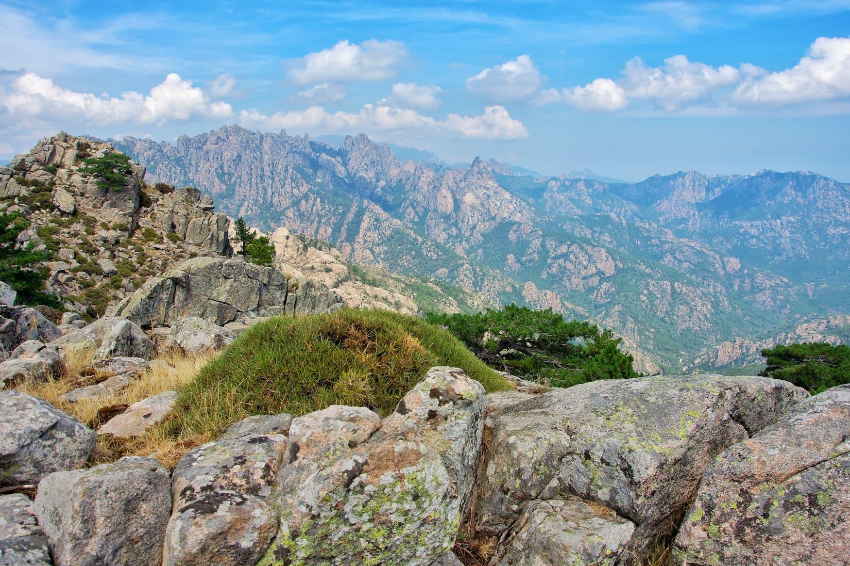Gebirge auf Korsika. Eine Wanderung zählt definitiv zu unseren Koserika-Tipps für eure nächste Reise