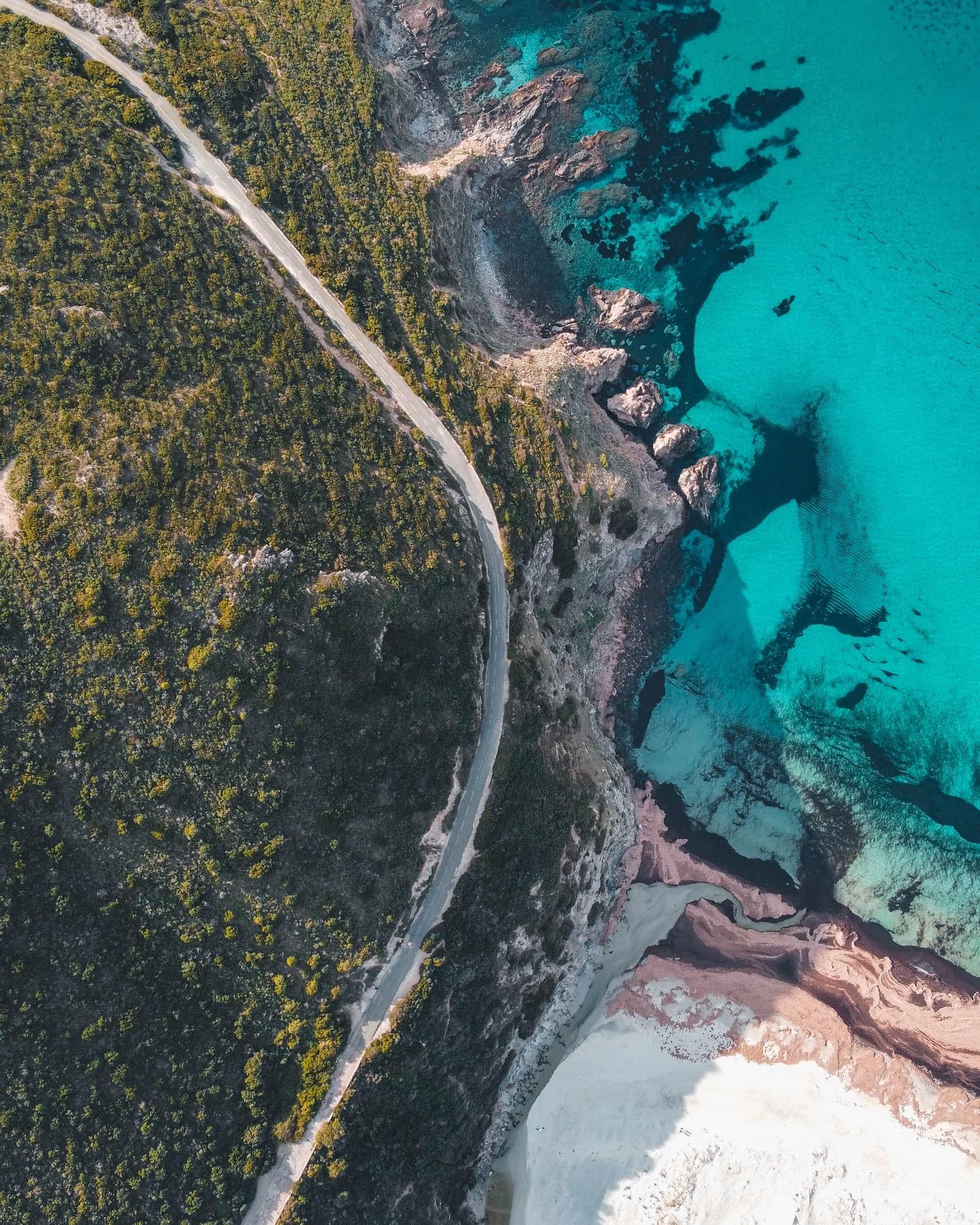 Straße entlang der Küste einer Mittelmeer-Insel
