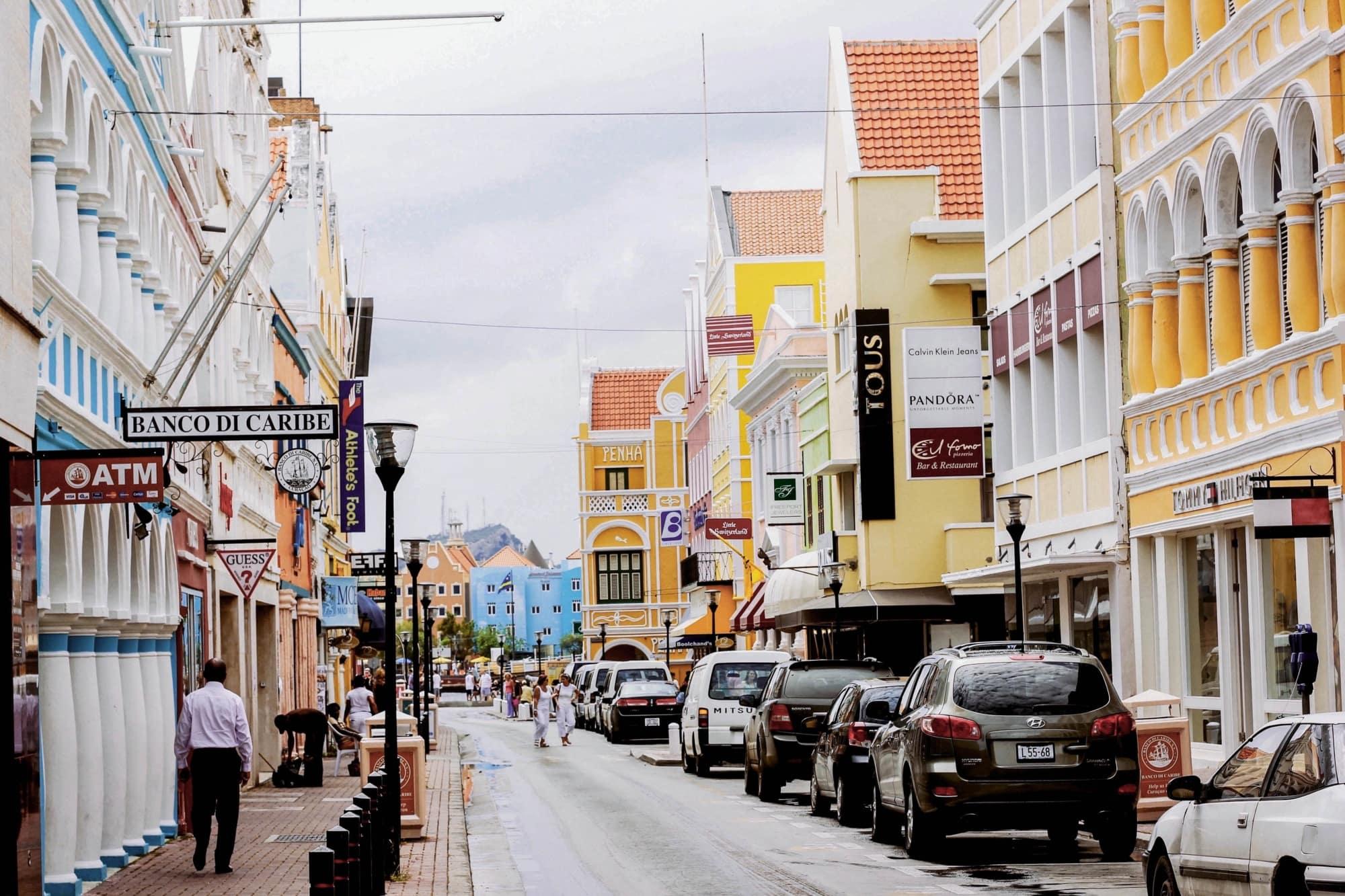 Bunte Häuserfassaden in einer STraße in Willemstad, Curacao