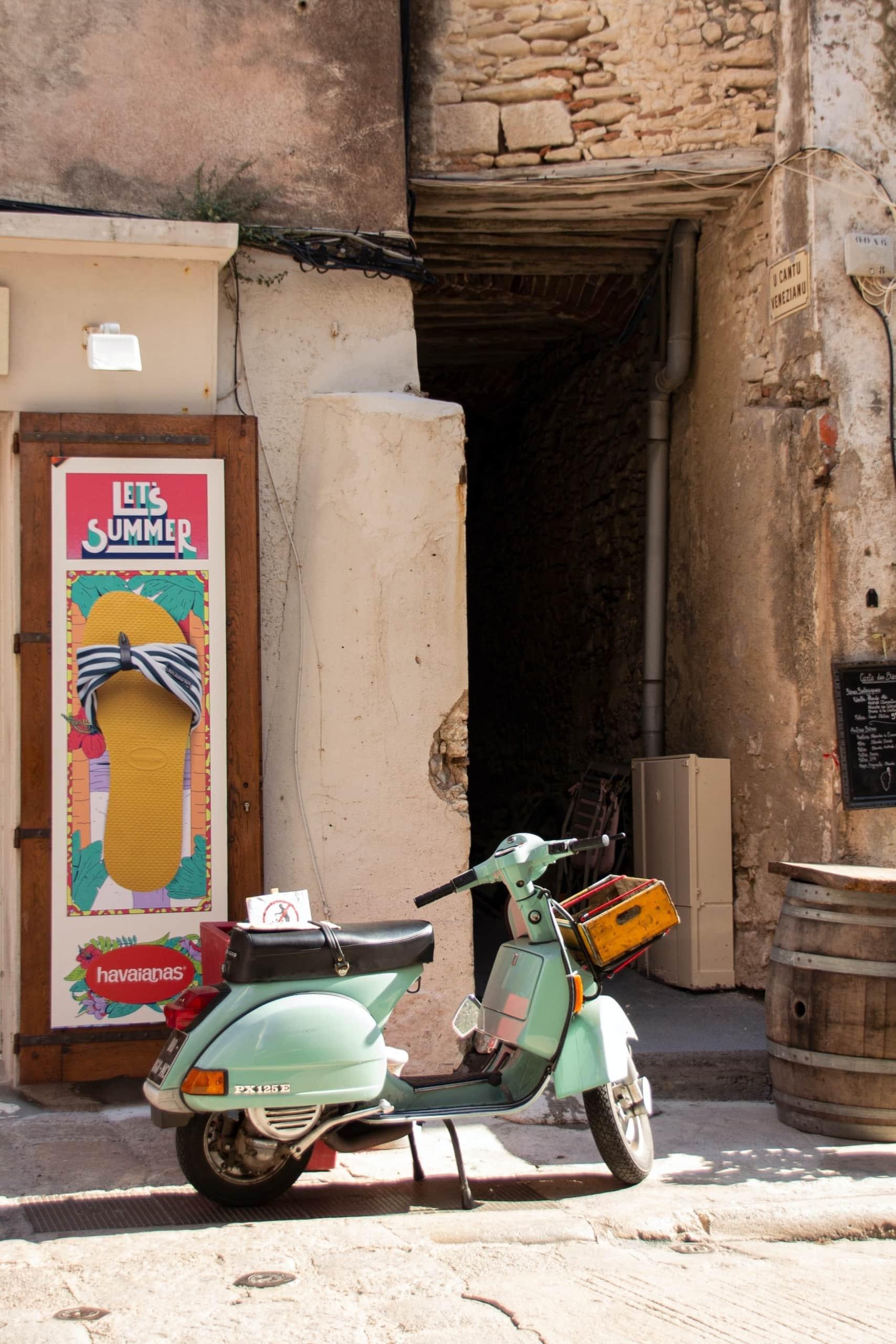 Wie wäre es mit einer Vespa-Tour über die Insel im Mittelmeer?