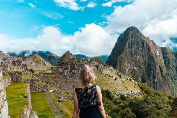 Rücken einer Frau vor Machu Picchu