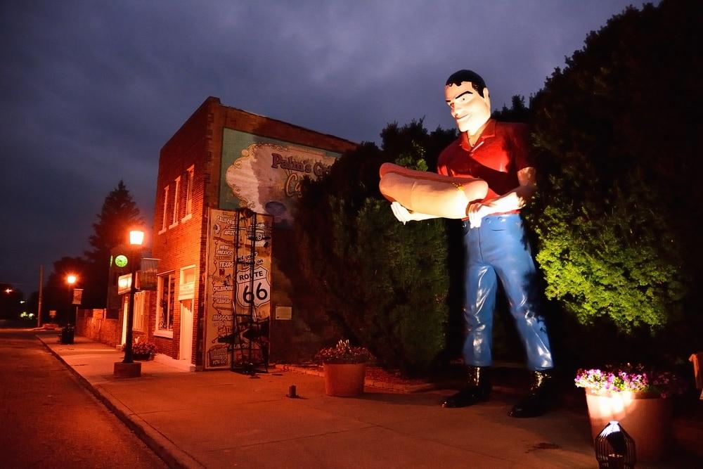 Route 66 in Illinois: Statue in Atlanta