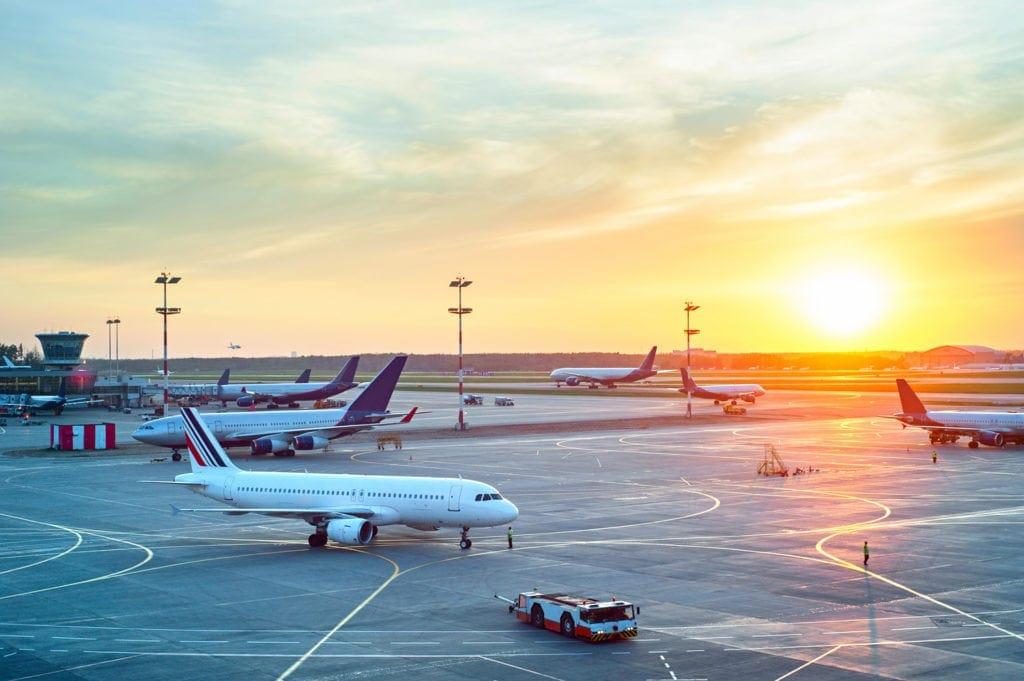 Blick auf ein Flughafen-Rollfeld