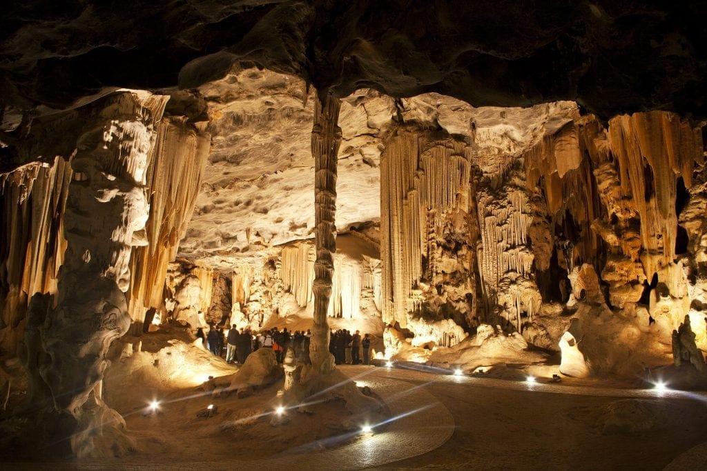 Die Cango Caves entlang der Route 62 lohnen einen Besuch.