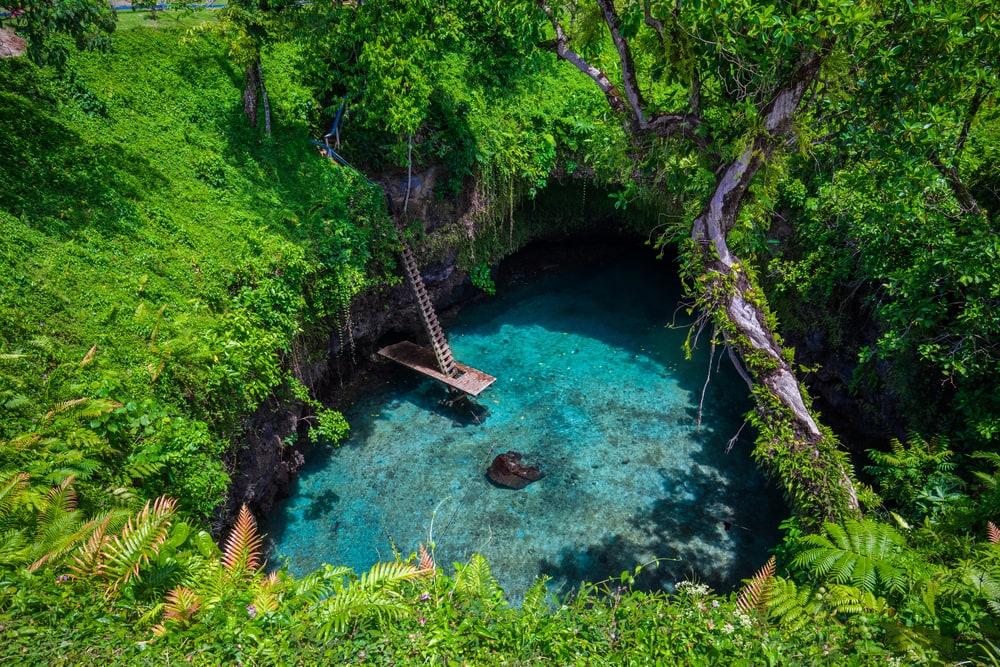 Blaue Lagune in Tropen als Naturpool.