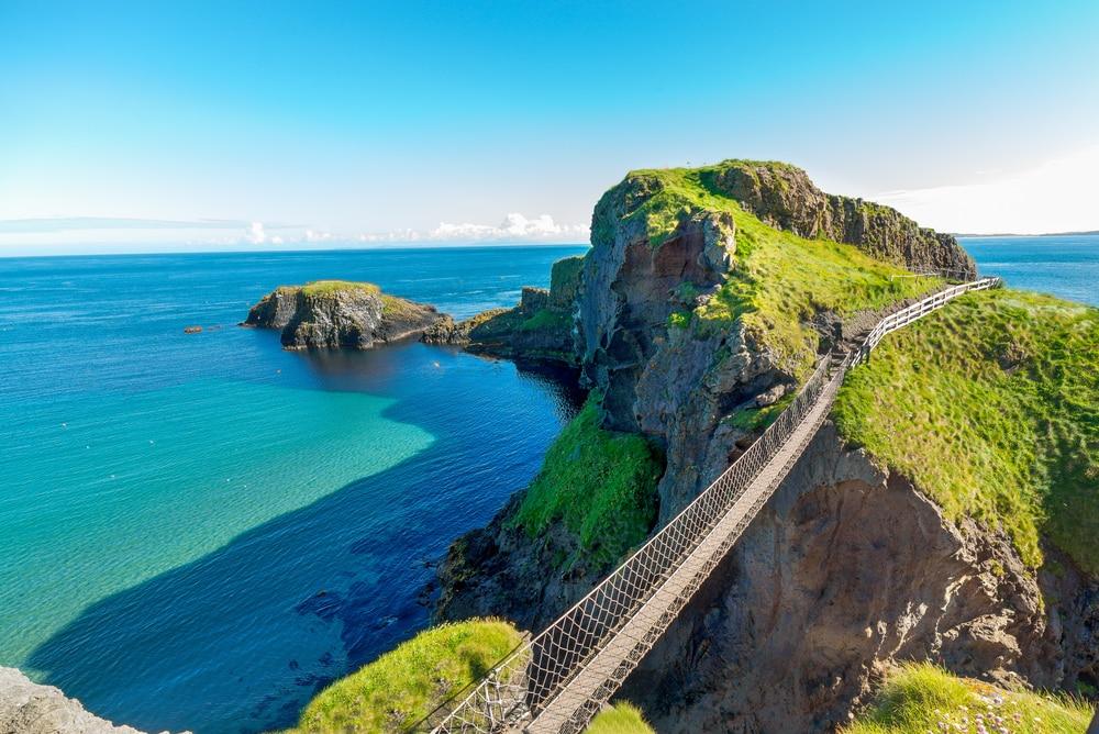 Carrick-a-Rede Rope Bridge an der Küstenstraße Causeway Coastal Route in Irland