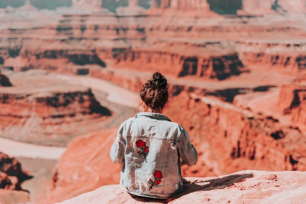 Ruheoasen in Utah: Frau am Dead Horse Point in Utah