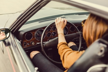 Frau von Hinten am Steuer eines Autos