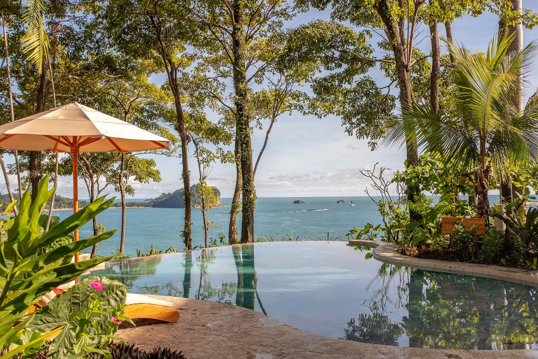 Vom Pool des Hotels Arenas del Mar genießt man einen Blick auf den Ozean bei Manuel Antonio, Costa Rica