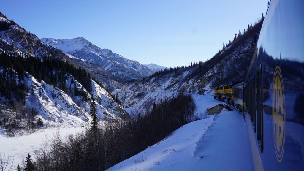 Zug durch Winterlandschaft in Alaska