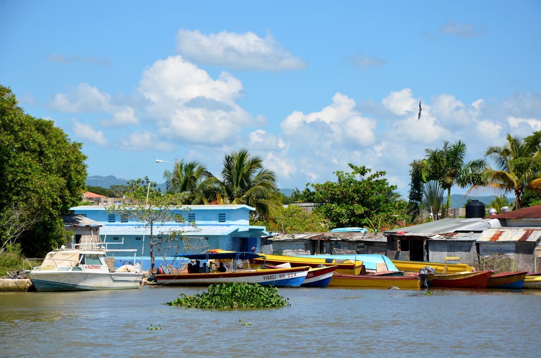 Bunte Boote liegen an einem Flussufer auf Jamaika