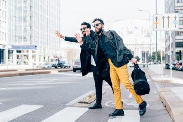 Männer auf Straße, rufen ein Taxi