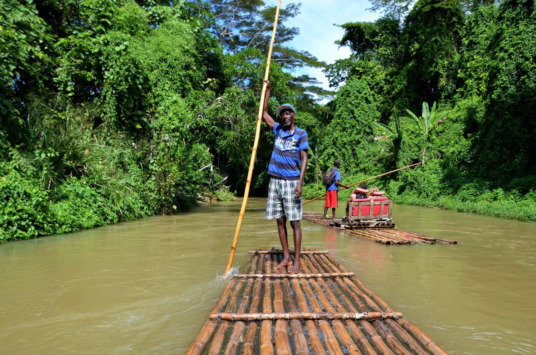 Männer auf einem Floß beim Rafting in Jamaika