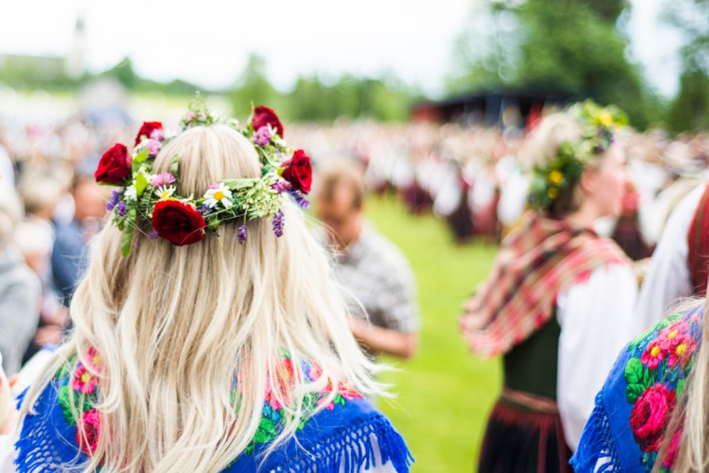 Frau mit geschmücktem Blumenkranz beim Mittsommer in Schweden