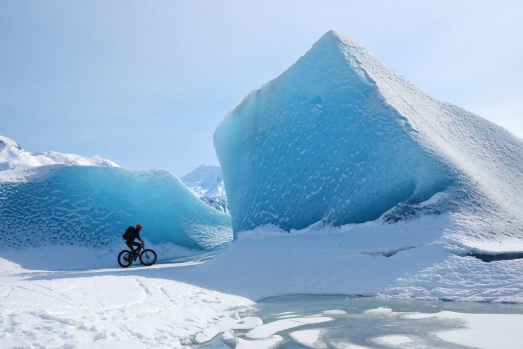 Mountainbiker fährt im Schnee durch Alaska