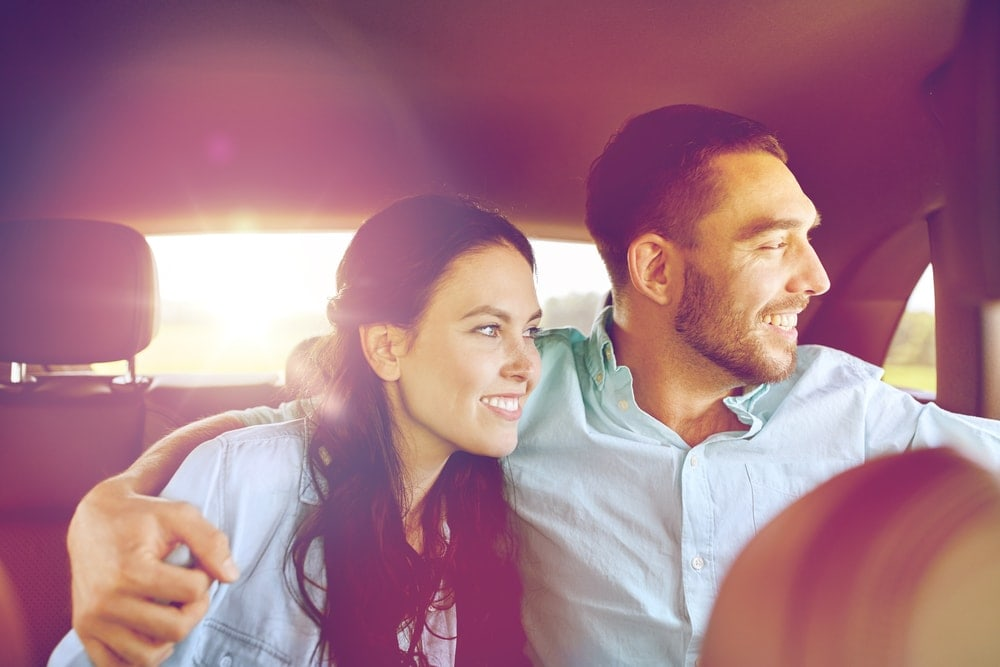 Paar auf Rücksitz im Taxi sitzend