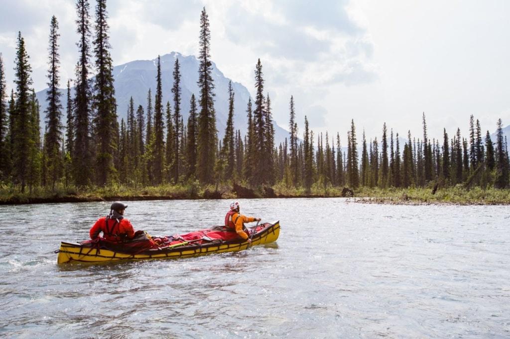 Zwei Personen in einem Kayak in Alaska