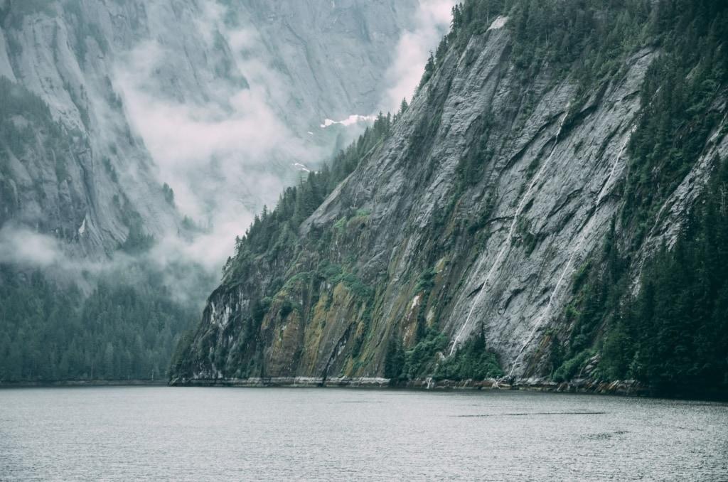 See, Nebel im Hintergrund, in Alaska